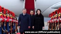 Президент Узбекистана Шавкат Мирзияев с супругой прибыли в Южную Корею, 22 ноября 2017 года.