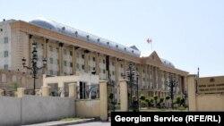 Сегодня днем в Тбилисском городском суде возобновились слушания по резонансному делу об убийстве жителя грузинской столицы 25-летнего Лаши Махарадзе. На скамье подсудимых – Георгий Окропиридзе