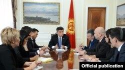 Қырғызстан президенті Сооронбай Жээнбеков ұлықтау рәсімінен кейін қысқа жиын өткізіп отыр.