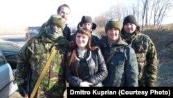 Ирма Краттың АТО жауынгерлерімен түскен суреті. Донбасс, 2014 жылдың қазаны.