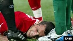 Профессиональным футболистам на естественном поле будет не только удобнее играть, но и приятнее лежать