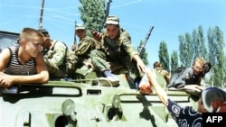 """Дагестанская женщина кормит росийских военных, пока моджахеды пытаются """"освободить Дагестан от Москвы"""""""