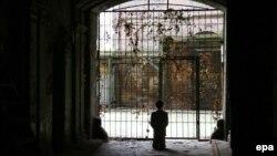 Լեհաստան - Ծնկաչոք աղոթող Հիտլերի՝ Մաուրիցիո Կատտելանի հեղինակած արձանը նախկին վարշավյան գետտոյի տարածքում, նոյեմբեր, 2012թ․