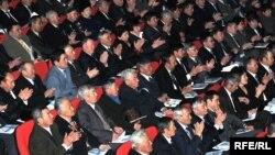 Жиналыста облыс әкімі Бергей Рысқалиевтың сөзін қошеметтеп отырған жұрт. Атырау, 11 ақпан 2009 жыл. (Көрнекі сурет)