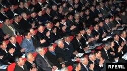 Участники собрания в одном из акиматов аплодируют после выступления руководства.