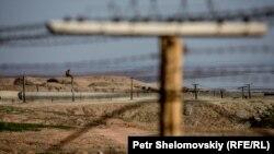 Пограничные столбы на границе Таджикистана и Афганистана.