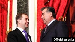 Дмитрий Медведев ва Эмомалӣ Раҳмон зимни мулоқот дар моҳи декабри соли 2011