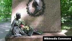 Могила балерины Агриппины Вагановой на Ново-Волковском кладбище в Петербурге