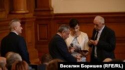 Шефката на ПГ на ГЕРБ Даниела Дариткова обсъжда с Валери Симеонов и Димитър Лазаров предложенията за намаляване на субсидията