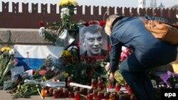 Портрет Бориса Немцова на месте его убийства в центре Москвы.