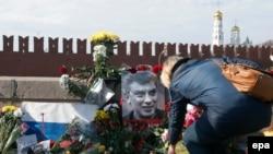 Немцов өлтүрүлгөн жерге дагы эле гүл алып келишүүдө