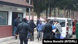 Migranti pristižu u bivšu kasarnu Ušivak