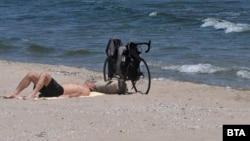 Затоплянето на времето и отхлабването на мерките съживиха плажа в Бургас