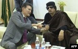 Кирсан Илюмжинов и Муаммар Каддафи в Триполи. 12 июня 2011 года