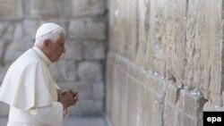 Papa Benedict XVI se roagă la Zidul Plîngerii la Ierusalim