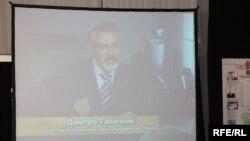 Трансляція фільму з участю Дмитра Табачника на виставці «Волинська різанина: польські та єврейські жертви ОУН-УПА» в Українському домі. Київ, 8 квітня 2010 року