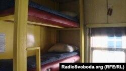 Спальні місця у новому вагоні для бійців, які супроводжують військову техніку
