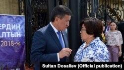 Роза Отунбаеванын демилгеси менен уюштурулган форумга биринчи жолу президент Сооронбай Жээнбеков катышты. 8-август, 2018-жыл.