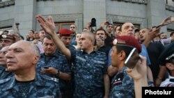 Замначальника полиции Армении Унан Погосян обращается к активистам на площади Свободы в Ереване. 18 июля 2016 г.