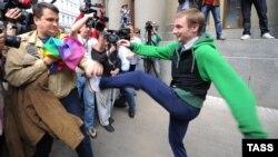 Молодой человек набрасывается с избиениями на участника гей-парада в Москве возле здания Государственной думы. 27 мая 2012 года.