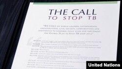 """""""Apel pentru a stopa tuberculoza"""" document semnat de secretarul general ONU Ban Ki-moon și Jorge Sampaio, trimisul special al secretarului general pentru eradicarea tuberculozei (Photo: Mark Garten)"""