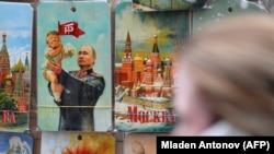 Slika u izlogu prikazuje američkog predsjednika Donalda Trumpa i njegovog ruskog kolegu Vladimira Putina, Moskva