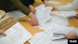 В списке нарушений - отказы в допуске наблюдателей, отказы в принятии от них жалоб, десятки случаев многократного подвоза автобусами людей для голосования, десятки участков с непрошитыми списками...