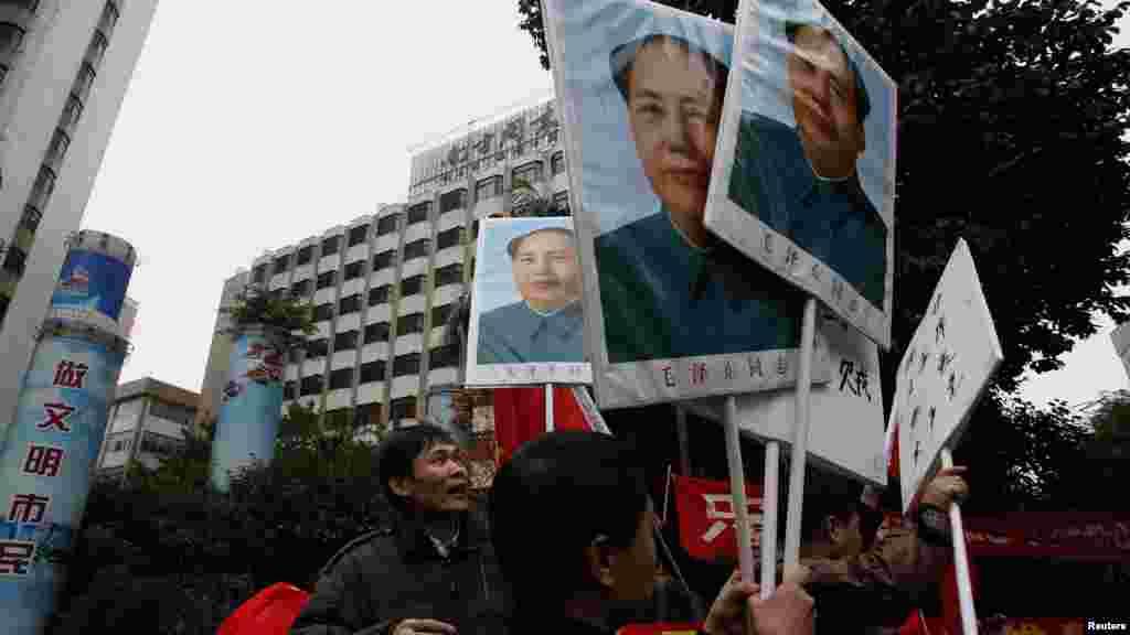 Журналисты либерального еженедельника Southern Weekly в городе Гуаньчжоу протестуют против цензуры, держа в руках плакаты с портретами Мао - 9 января 2013-го года