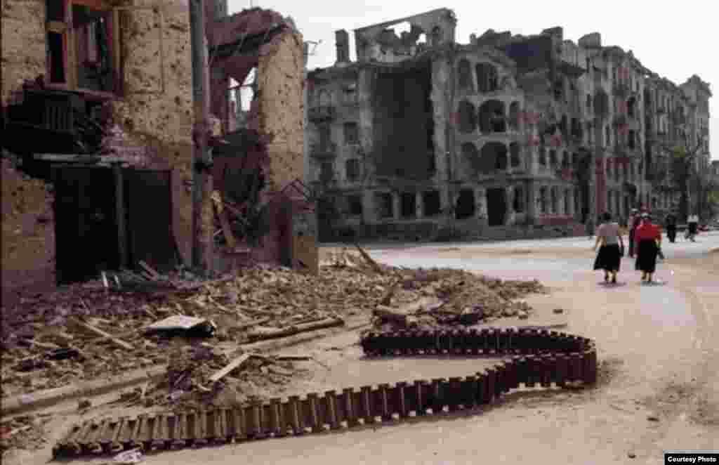 აქ რუსებმა გაიარეს (ჩეჩნეთი, 2000) - ჯოჯოხეთის ქრონიკები - ფოტოგამოფენა ჩეჩნეთზე