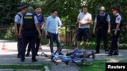 Полиция задерживает подозреваемого в вооруженном нападении. Алматы, 18 июля 2016 года.