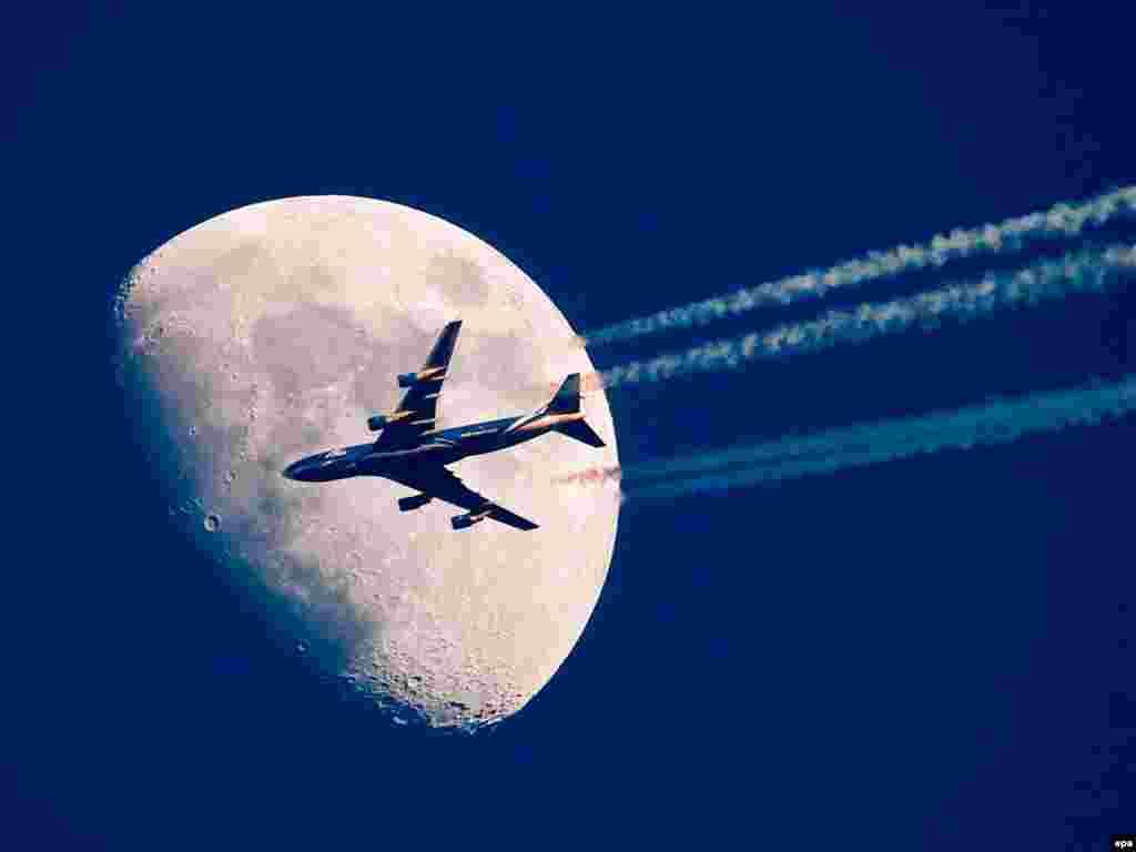 Германия. Самолет на фоне луны