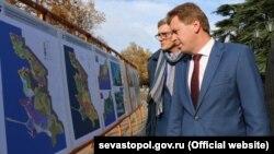 Дмитро Овсянников оглядає проекти парків, 11 листопада 2017 року