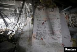 Одна зі стін в аеропорту з позивними українських солдатів