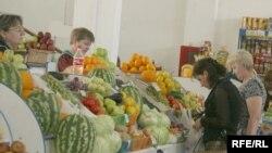 Овощи и фрукты на базарах в Северном Казахстана очень дороги, иногда и опасны для здоровья. Петропавловск, 7 августа 2008 года.