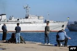 Корабель ВМС України «Славутич» у гавані Севастополя 21 березня 2014 року