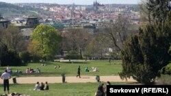 Люди тримаються на дистанії під час карантину у парку Рігрові сади, Прага, 20 квітня 2020 року