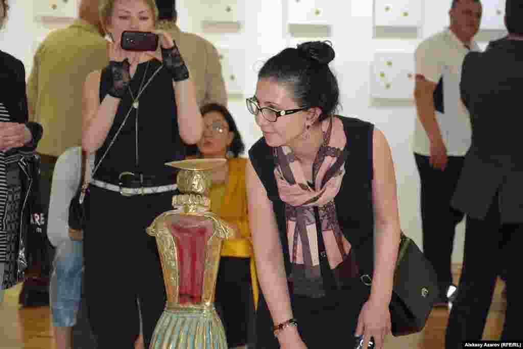 «Принцесса» – так называется скульптура Вагифа Рахманова, рассматриваемая девушкой. Это произведение сделано из бронзы, стекла и камня.