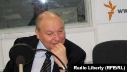 Егор Гайдар в студии Радио Свобода (архивное фото)