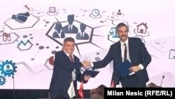 Luan Bregazi (L) i Marko Čadež (D) nakon poptpisivanja Memoranduma