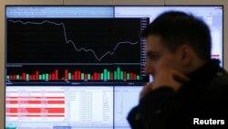 Мәскеу биржасының ақпараттық тақтасы алдынан өтіп бара жатқан адам. 14 наурыз 2014 жыл. (Көрнекі сурет)
