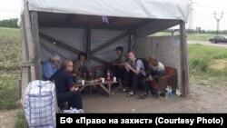 Люди ждут пропуска на КПВВ «Марьинка», 12 июня