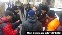 Подрядчики строительной компании Bi-Group и полицейские. Астана, 28 марта 2016 года.