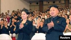 Глава КНДР Ким Чен ЫН и его таинственная спутница.