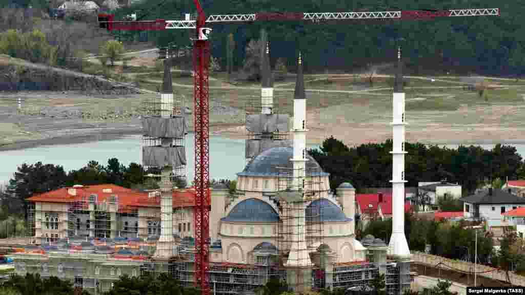 Şahsiy evler ve Aqmescit suv anbarı arqasında qala. Sağ tarafında – Vernadskiy Tavriya milliy universitetiniñ binalarından biri – «çıraq». Yol devamında – onkodispanser