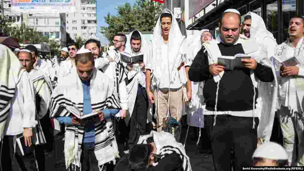 Хасиди збираються біля могили цадика Нахмана, а також в інших куточках міста, для того, щоб разом помолитися та послухати звук шофарів –музичних інструментів, зроблених переважно з рогів барана