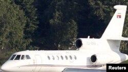 Младиќ префрлен во Хаг со српски владин авион