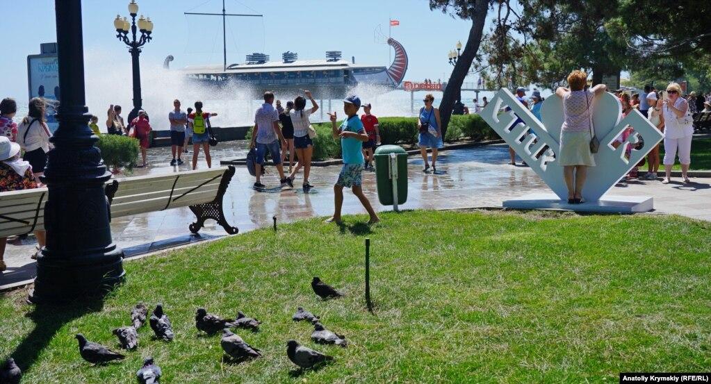 І тільки пляжні голуби перечікували шторм подалі від мокрої набережної