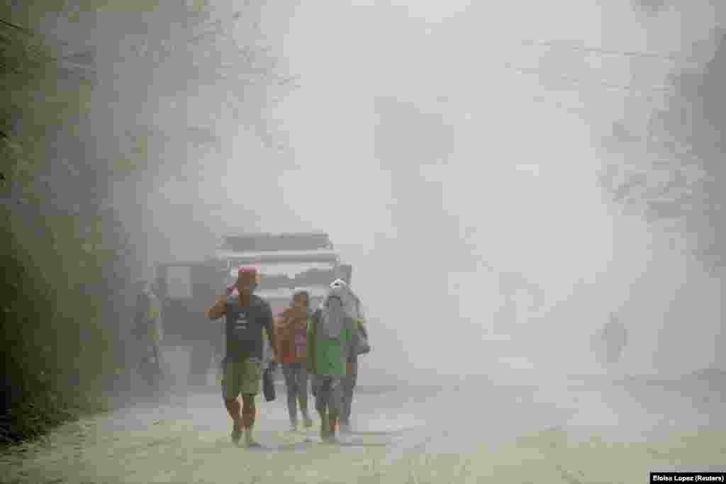 Stanovništvo napušta Agoncillo, mada, kako su saopštili zvaničnici Filipina, neki nisu mogli da napuste sela pokrivena pepelom zbog loše vidljivosti