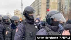 Навальныйды колдоо акциялардагы полиция кызматкерлери.