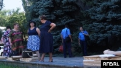 У супроводі поліцейських голови дільничних виборчих комісій 27-го округу отримують виборчі бюлетені в ОВК, Дніпро, 15 липня 2016 року